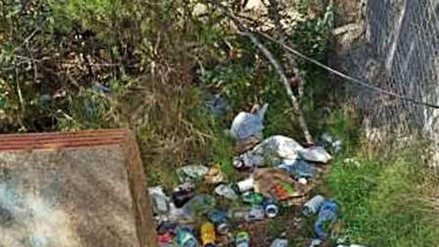 Vecinos de Massarrojos denuncian un botellón en un bosque cercano