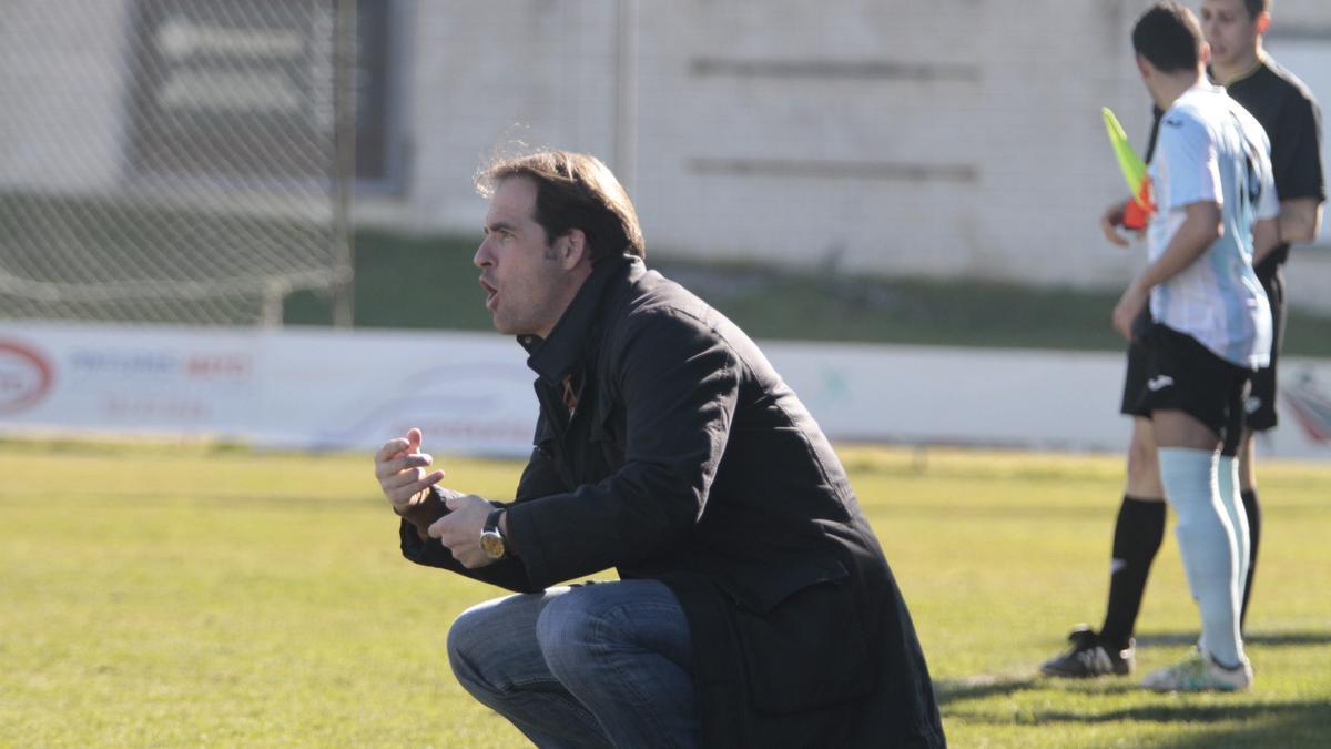 Miguel Rubio 'Miguelete', nuevo entrenador del Moralo, en un partido con el Coria en Cáceres.