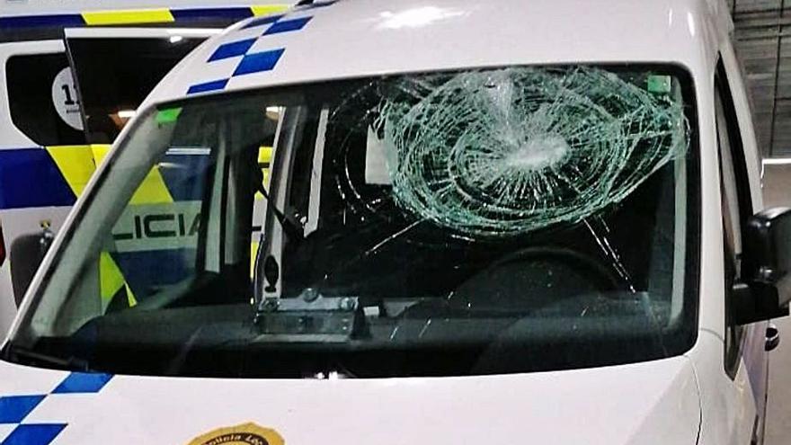 Uns desconeguts ataquen un cotxe de la policia de Palamós