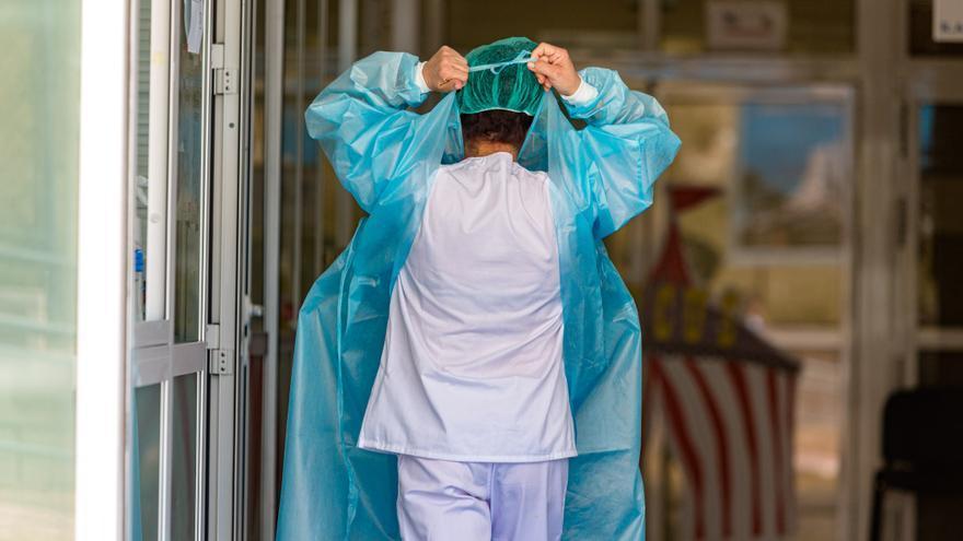 Varios sanitarios del Hospital de La Vila, en cuarentena tras operar a un positivo en covid