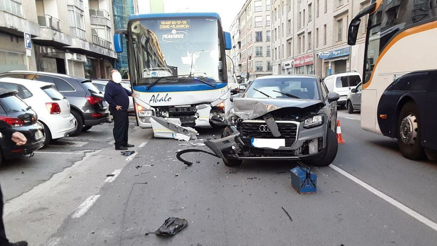 Una colisión entre un autobús y un coche provoca un caos de tráfico en Rosalía de Castro