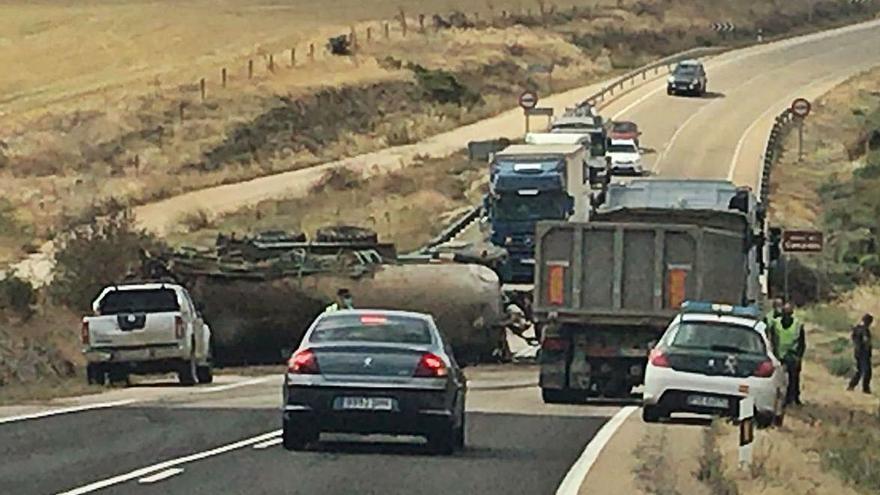 El vuelco de un tractor con cuba impone retenciones puntuales en la C-527 en el término de Pereruela