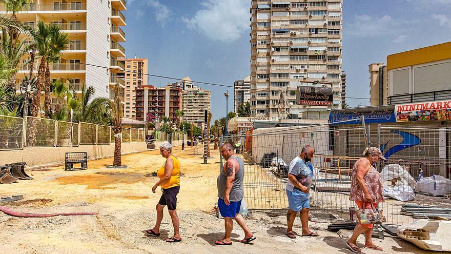 La zona inglesa de Benidorm sigue «en alto» con la llegada de los primeros turistas residenciales
