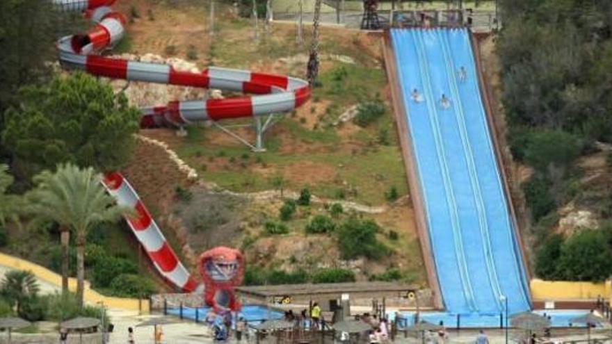 Un joven sufre un grave accidente en un parque acuático