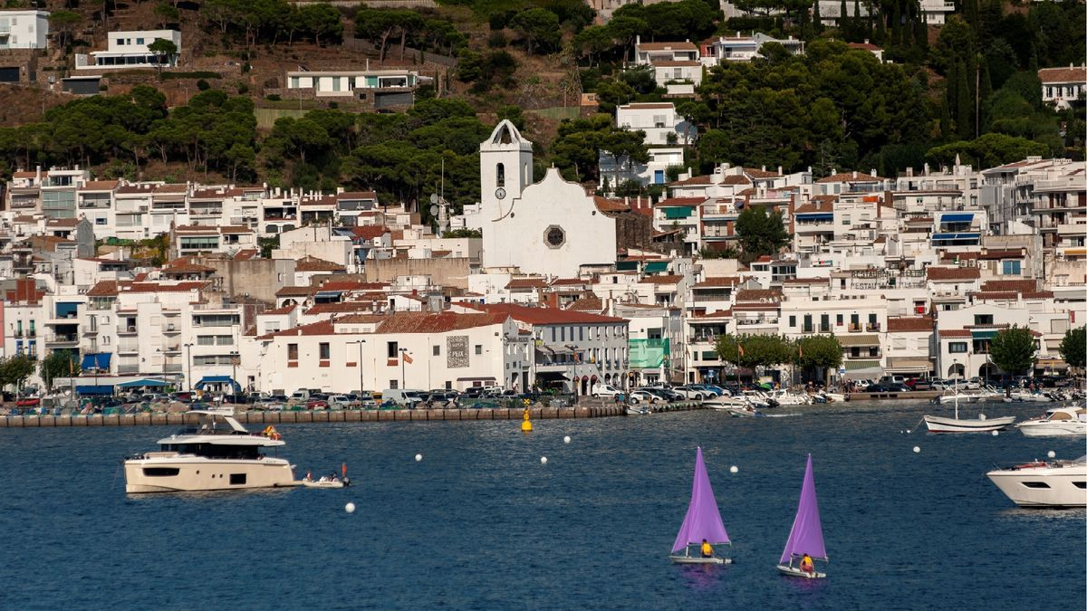 Les cases blanques i el blau del mar marquen el paisatge del poble.