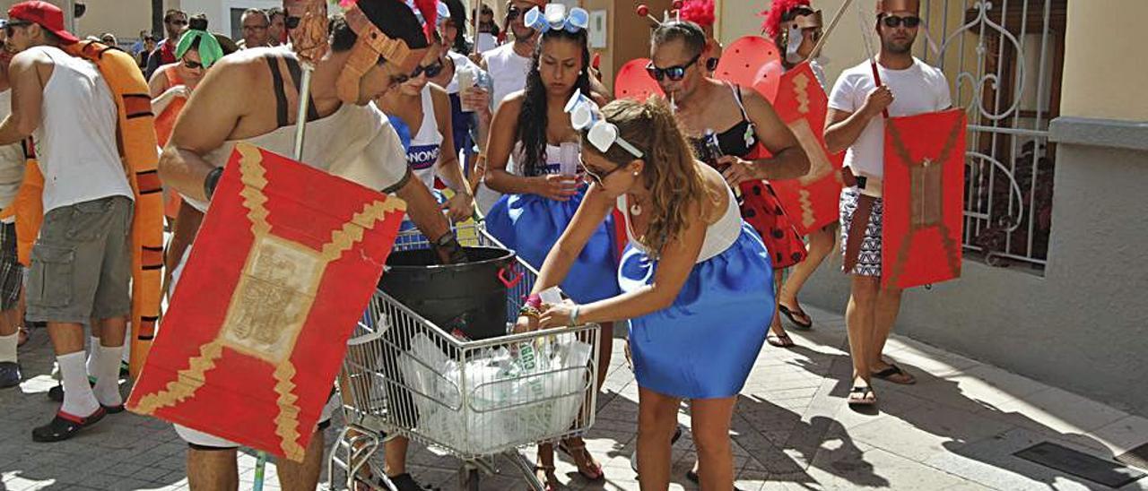 Una cavalcada de disfresses de les festes de Benirredrà. | XIMO FERRI