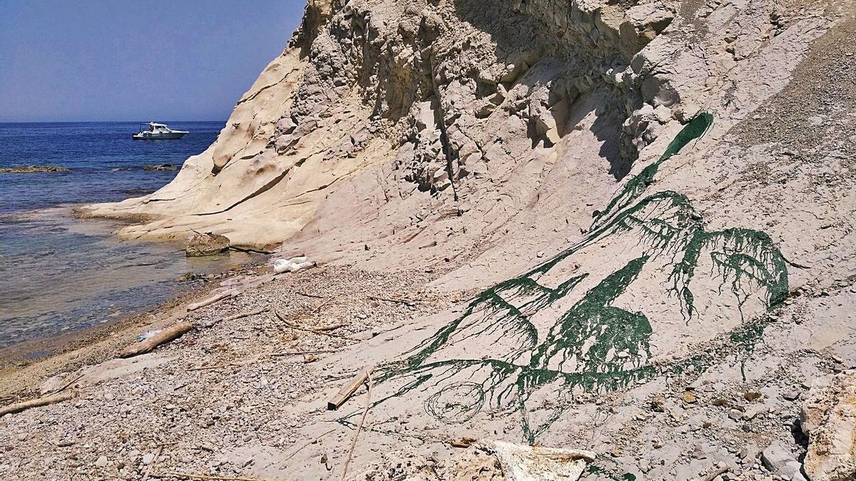 La pintada realizada en pleno acantilado de margas de la Cala Blanca. | A. P. F.
