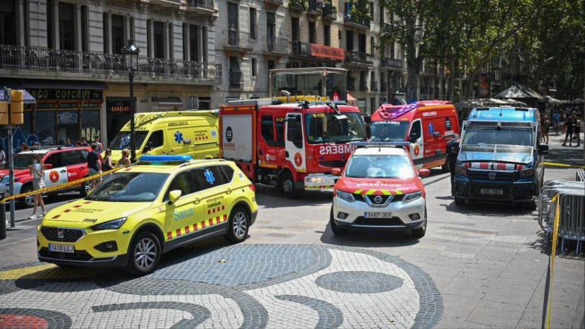 Miembros de los Bomberos y de emergencias médicas, este lunes, frente a la calle Boqueria donde se ha producido la explosión.