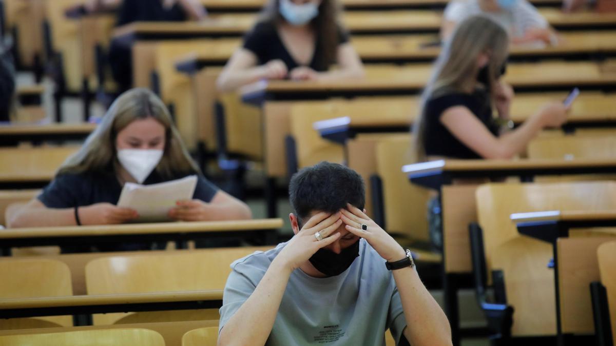 Varios estudiantes repasan antes del inicio de la Evaluación para el Acceso a la Universidad en la Comunidad de Madrid