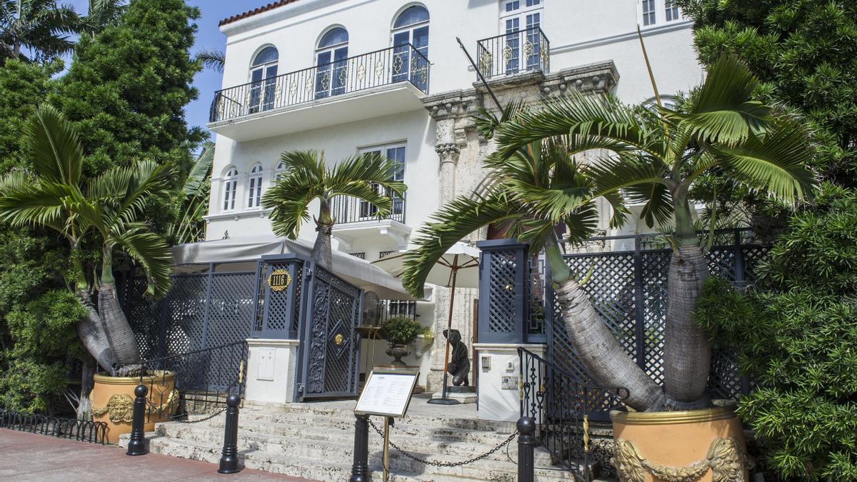 Hallan los cadáveres de dos hombres en la antigua mansión Versace de Miami Beach.