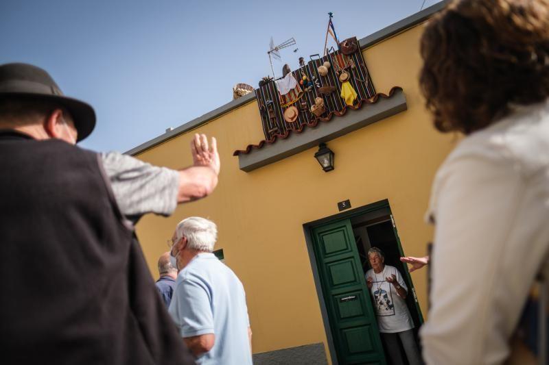 Balcones engalanados por la festividad de San Benito.