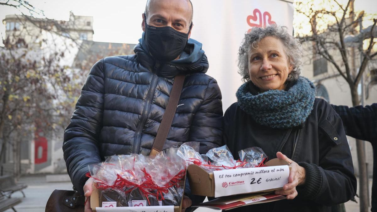 Xavier Serrano i Fina Tarrés amb els cors solidaris de xocolata
