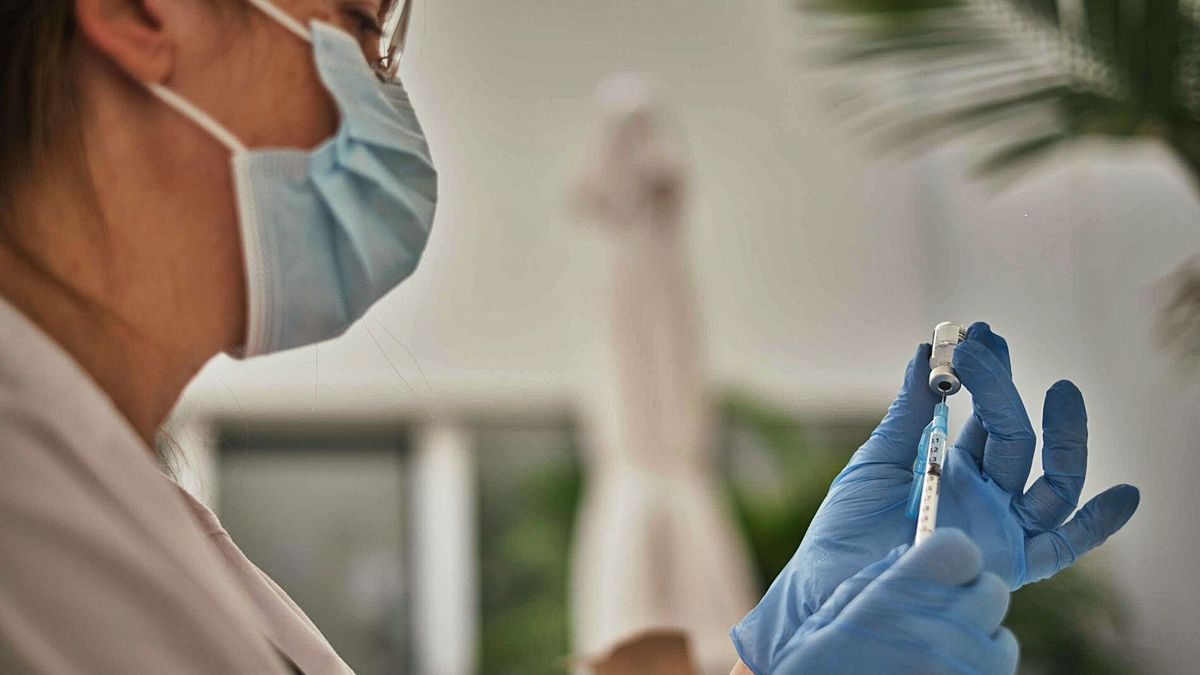 Una sanitaria prepara una dosis de Pfizer antes de suminitrársela a un paciente de Santa Cruz de Tenerife.