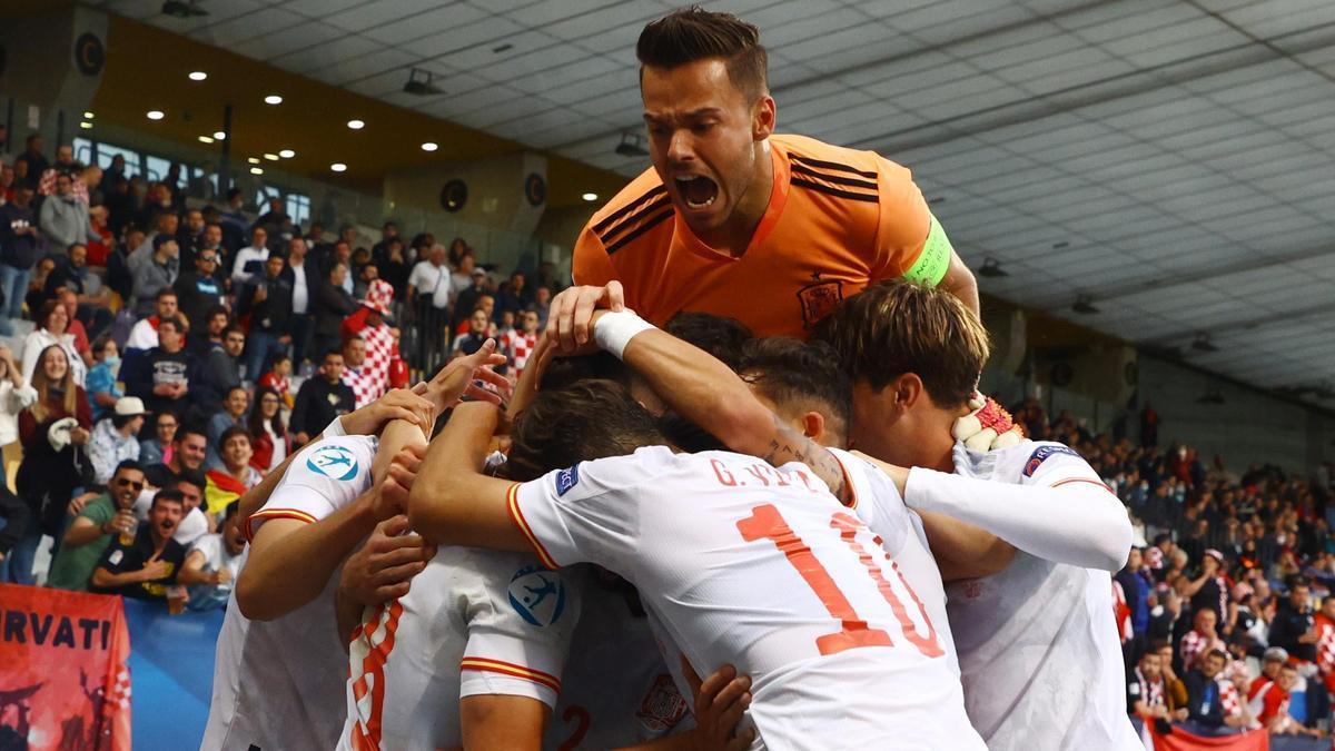 Los jugadores de la Selección Española sub-21 celebran uno de los goles de Javi Puado