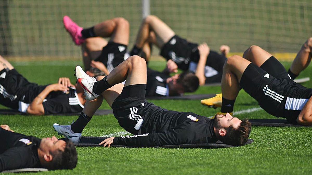 Los jugadores del FC Cartagena, durante el entrenamiento de ayer. | FC CARTAGENA