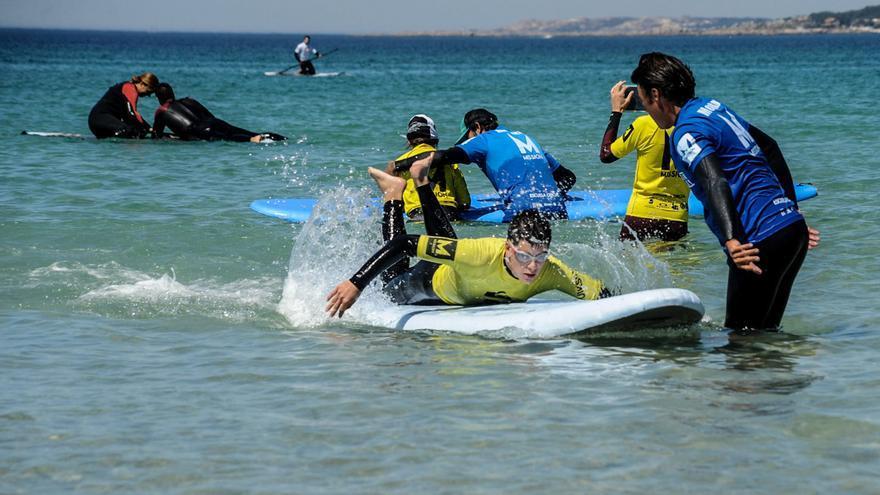 El surf se aprende en A Lanzada