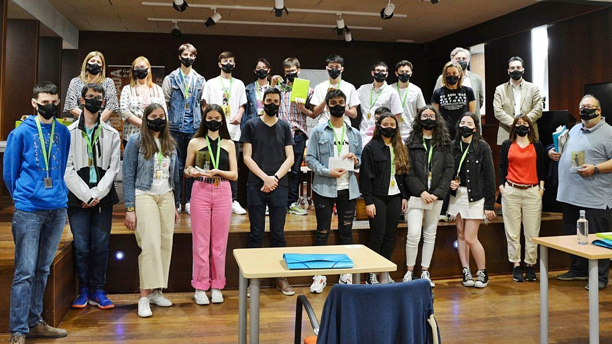 Participantes en la Olimpiada Gallega de Historia, con los miembros del IES Aller en la parte inferior derecha.  | // FERNANDO CASANOVA