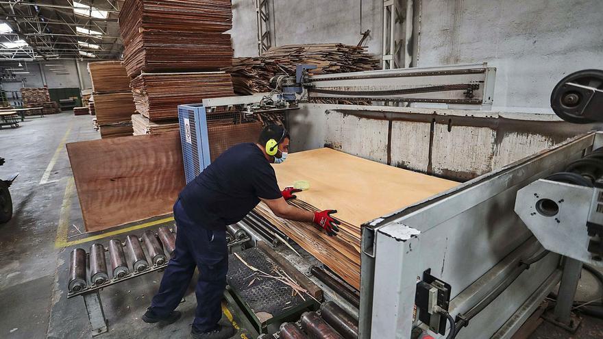 La industria del mueble augura paros por falta de materias primas antes de final de año