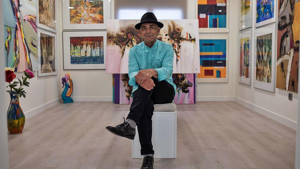 Pablo Sáez en la sala de exposiciones que ha habilitado en su propia vivienda en Morales. | Emilio Fraile