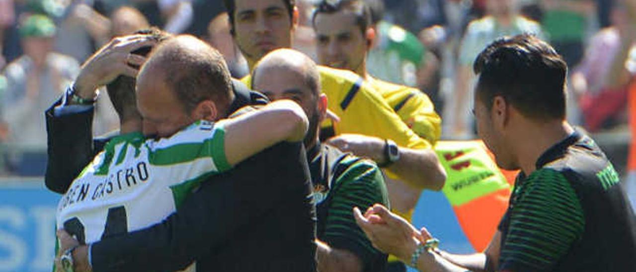El técnico del Betis Mel abraza a Rubén Castro, tras anotar el grancanario el 2-0 y alcanzar los 100 tantos.