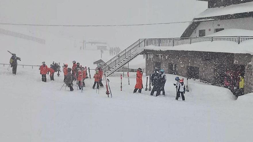 """Locos por el esquí: Pajares abre con 300 usuarios entre la niebla, pero con una nieve """"maravillosa"""""""