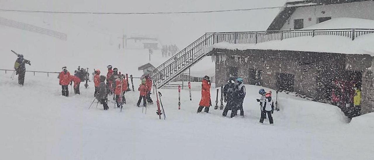 Un grupo de esquiadores, ayer, en la zona baja de la estación.