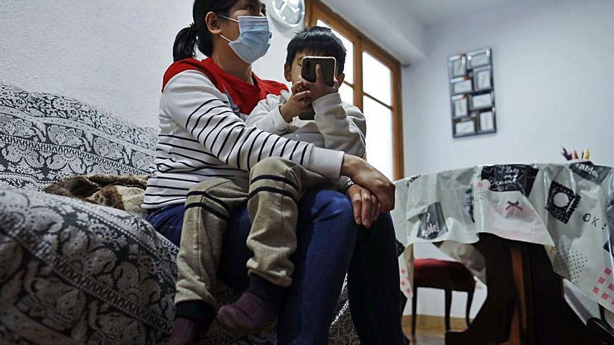 La mujer embarazada salvada por su hijo de 4 años despierta del coma