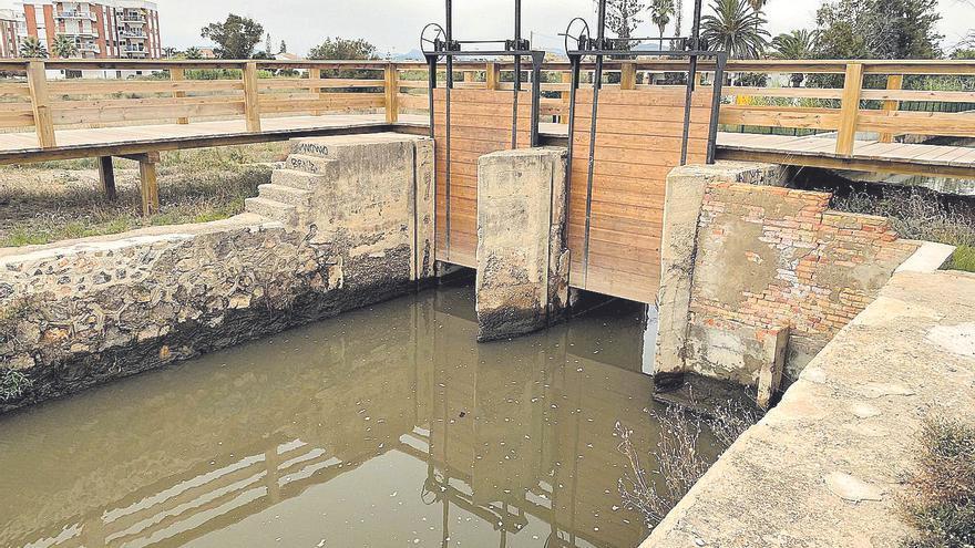 Las quejas en Sagunt llevan a replantear el desagüe de la gola al mar en verano