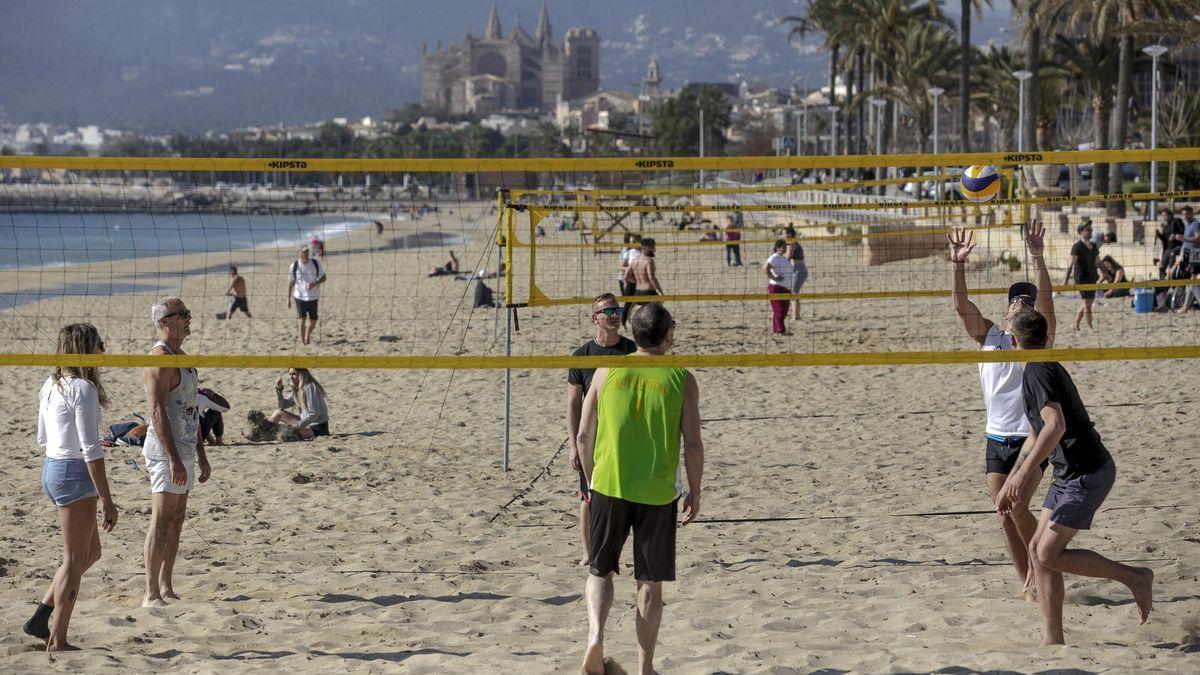 Gente disfrutando de la playa de Palma.