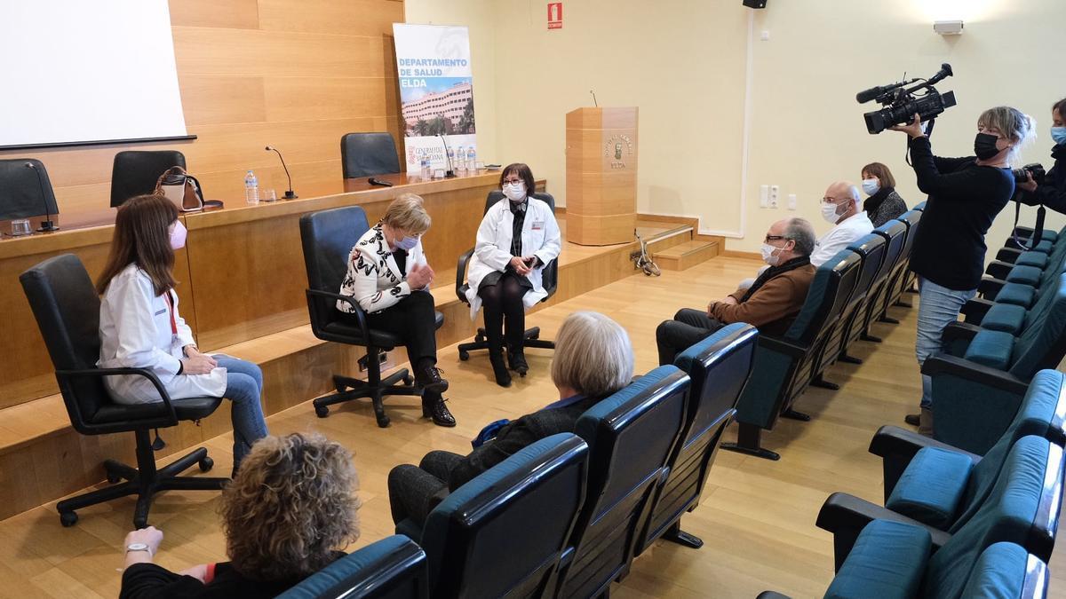 La consellera Ana Barceló durante la reunión con el equipo directivo del Departamento de Salud de Elda.