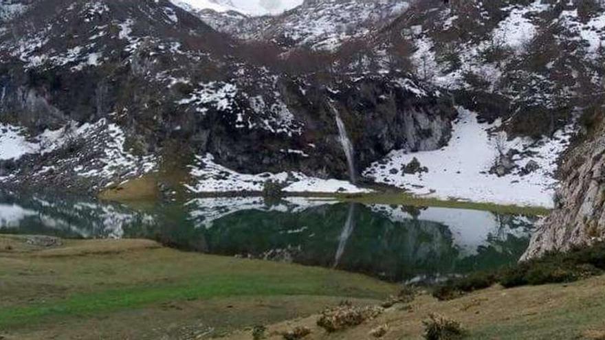 """Así emerge el Bricial, el """"tercer lago"""" de Covadonga"""
