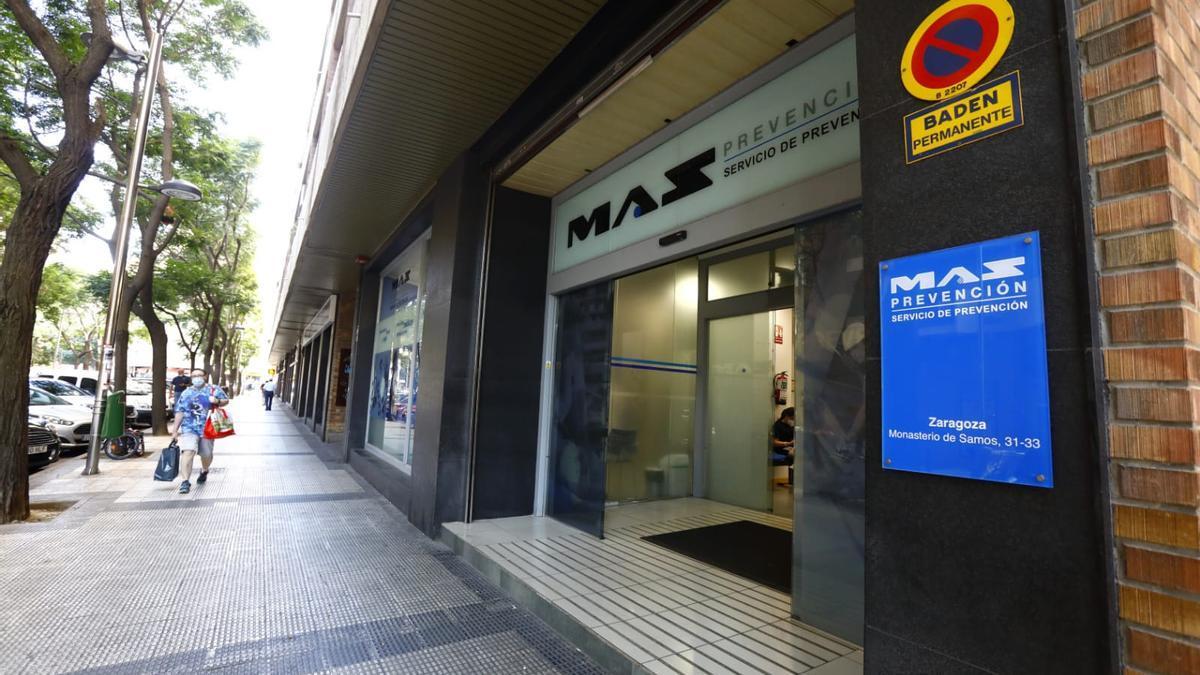 Entrada a la sede de la Mutua de Accidentes de Zaragoza (MAZ) en la calle Monasterio de Samos, en la capital, ayer.
