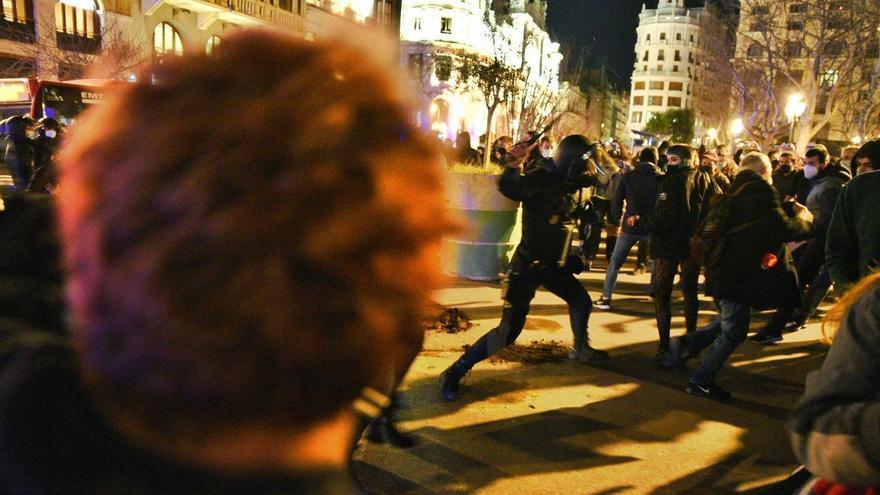 La concentración de apoyo a Hasél finaliza con cargas policiales
