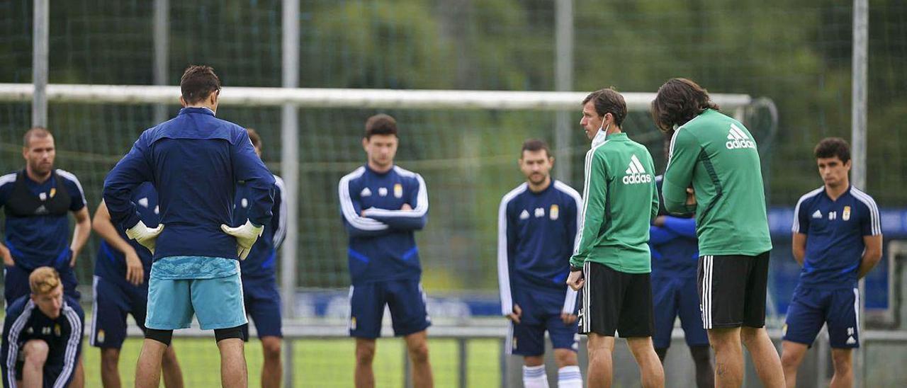 La charla del Cuco Ziganda a los jugadores del Oviedo, ayer, en El Requexón durante el entrenamiento matutino del conjunto azul.