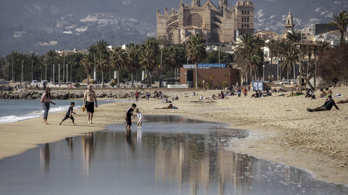 Bañistas en la playa de Can Pere Antoni, en Palma