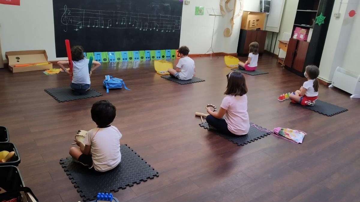 La actividad musical en grupo es uno de los fundamentos principales de la educación musical de las Aulas de Música nas Bandas.
