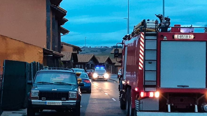 Un incendio calcina el tejado de una vivienda en la localidad de Sariegos (León)