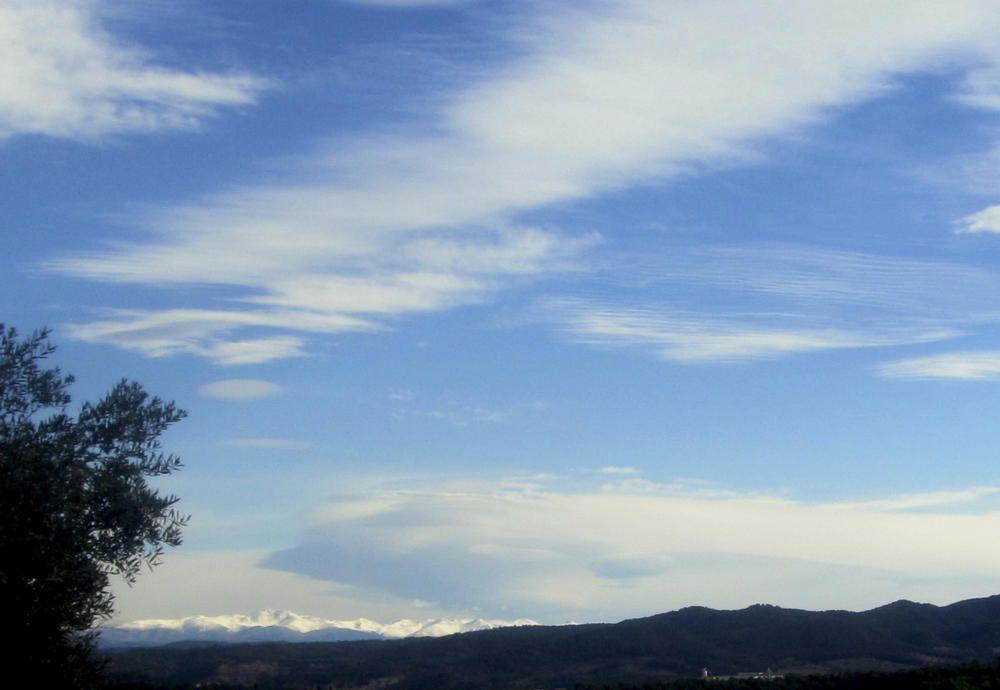 Núvols de vent i neu a la muntaya, des del Pla de Bages.