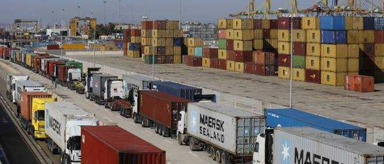 El colapso del puerto de Valencia lleva a algunas empresas a usar el de Barcelona