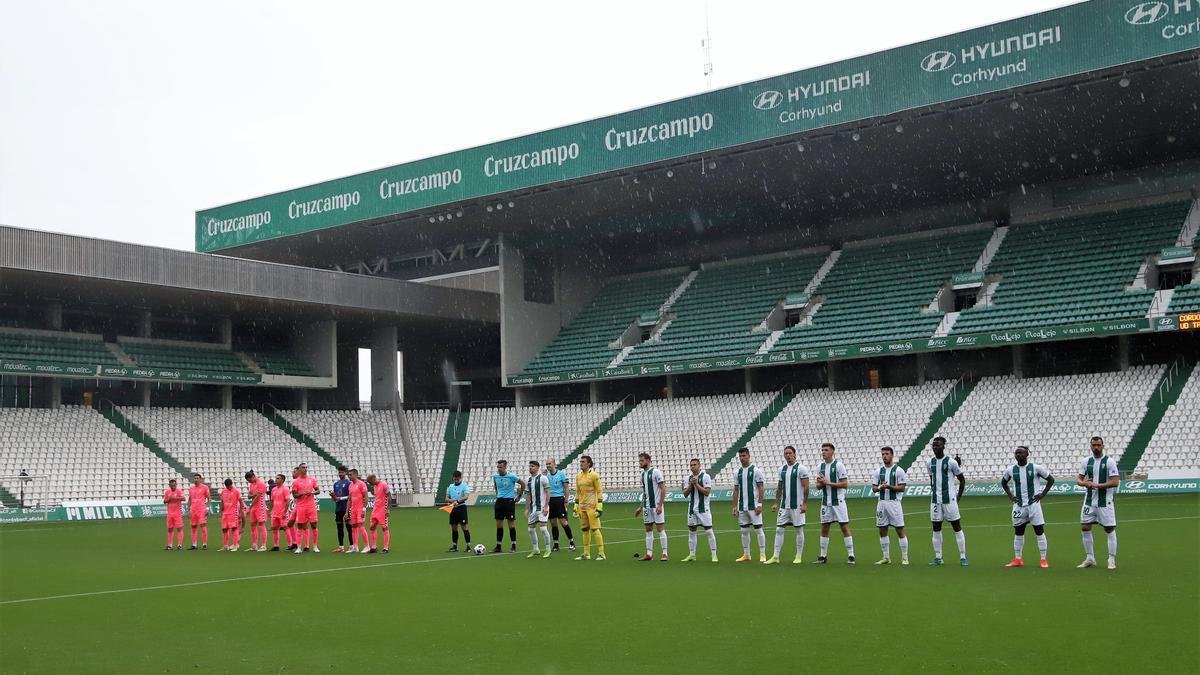 Los jugadores del Córdoba CF y el Tamaraceite, ayer en El Arcángel, minutos antes de iniciarse el encuentro.