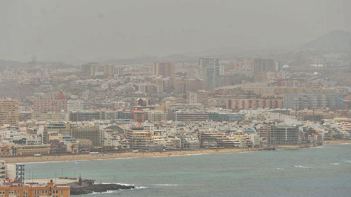 Calima y altas temperaturas sobre Las Palmas de Gran Canaria, ayer. |