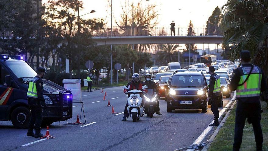 Fuerte despliegue policial para controlar que 2,5 millones de valencianos se queden en casa