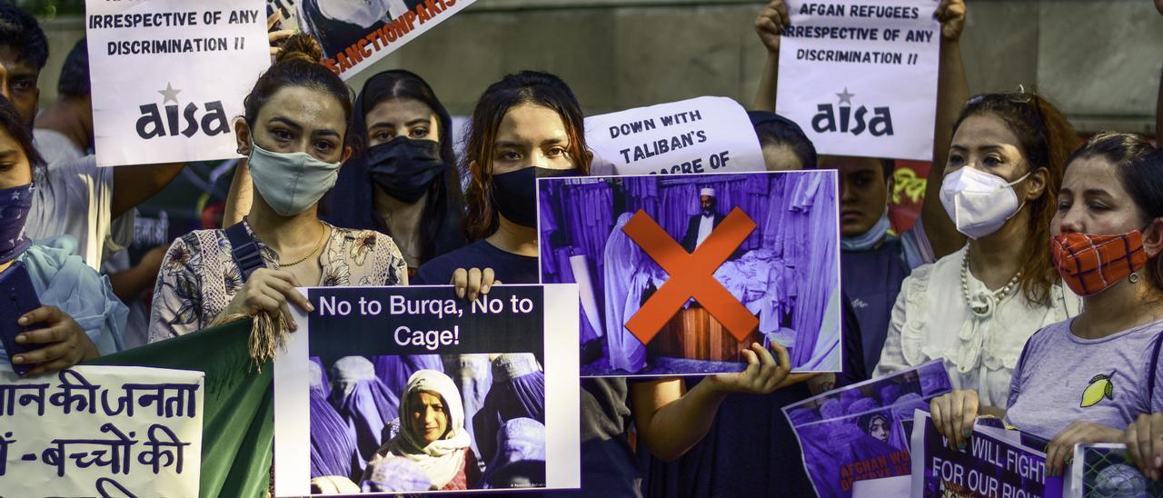Mujeres afganas se manifiestan contra los talibán en Nueva Delhi, la capital de India.