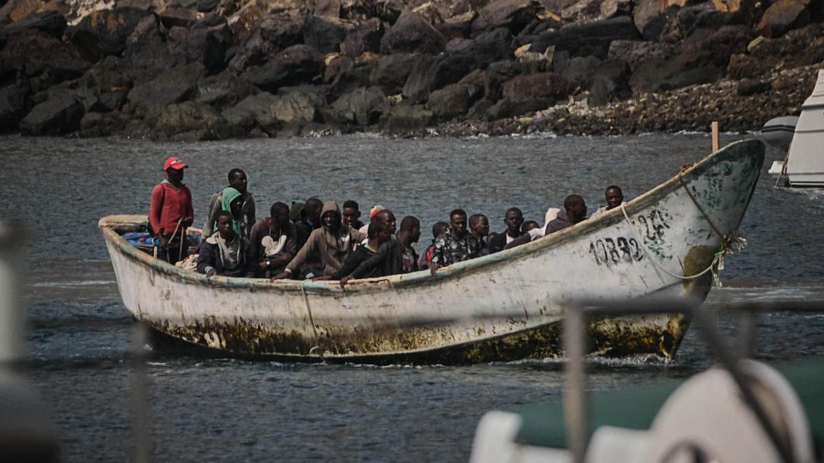 Traslado de inmigrantes a la dársena pesquera de Santa Cruz de Tenerife.