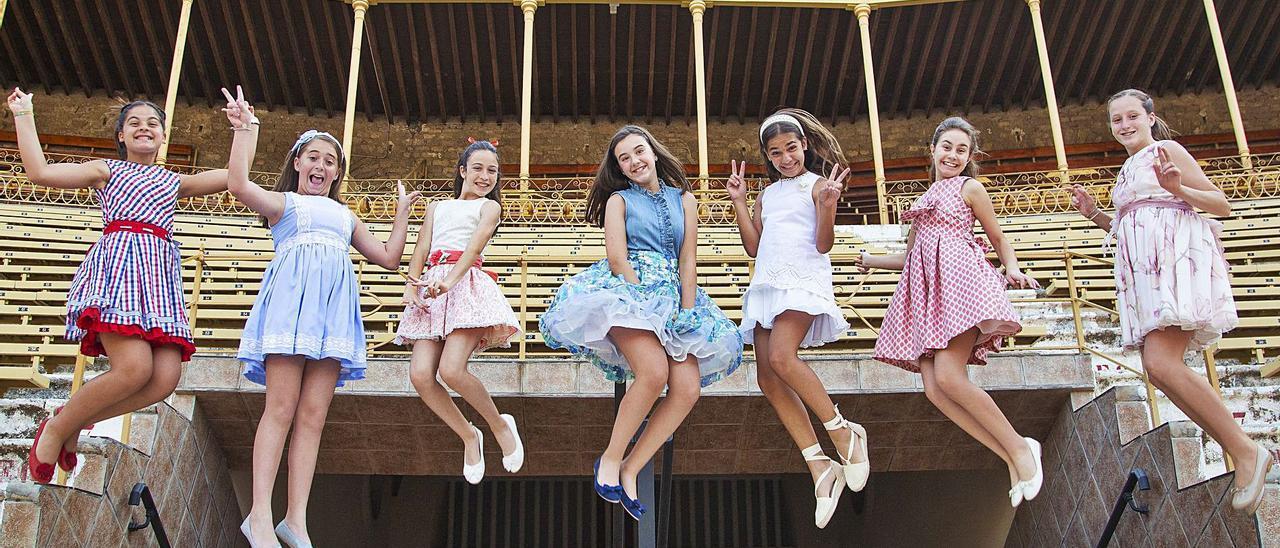 Noelia Vinal, en el centro, con vestido azul, salta entre sus damas, en la Plaza de Toros. El viernes se despiden de su cargo.   ALEX DOMÍNGUEZ
