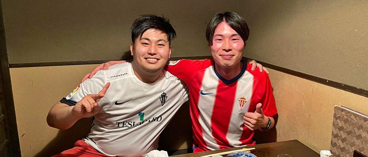 Por la izquierda, Keita Shimada y Kota Yamamoto lucen sus camisetas del Sporting  en Japón. | |  LNE