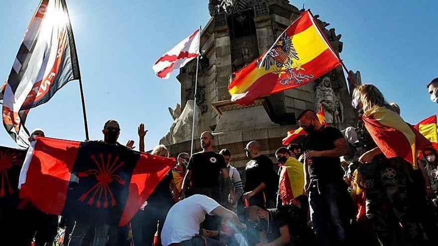 Espanyolistes i ultres celebren la Hispanitat al monument de Colom