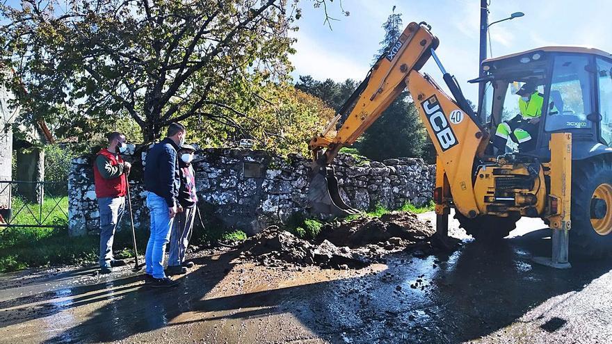 Lalín aporta una pala para la avería de la traída del agua en Moimenta