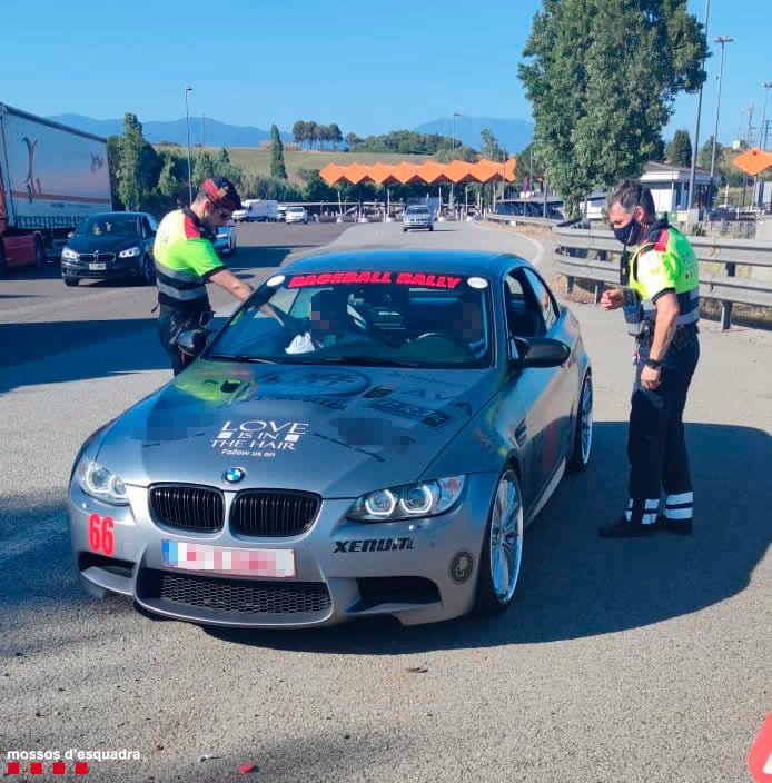 Dispositiu a la frontera per una cursa il·legal de cotxes de luxe