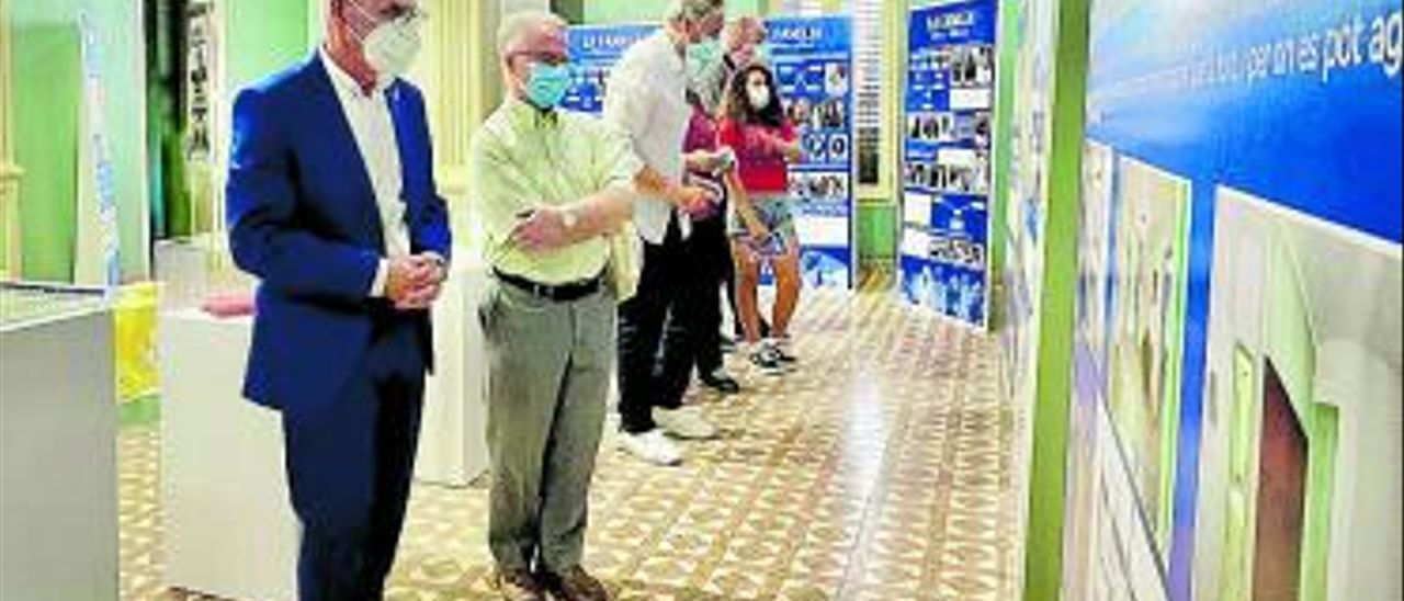 L'alcalde Miguel Chavarria visital'exposició dins del Xalet.   A.A.